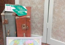 Βαλίτσες και διαβατήρια για να ταξιδεψει Στοκ Εικόνες