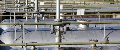 βαλβίδα ασφάλειας πέρα από τη γιγαντιαία δεξαμενή για την αποθήκευση του αερίου στο θόριο Στοκ Εικόνες