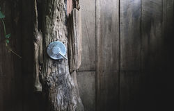 Βαλβίδα νερού μετάλλων στο υπαίθριο ξύλινο λουτρό Στοκ φωτογραφία με δικαίωμα ελεύθερης χρήσης