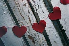 Βαλεντίνος: Έμβλημα καρδιών στο αγροτικό ξύλινο υπόβαθρο Στοκ Εικόνες