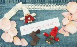 Βαλεντίνος, ευχετήρια κάρτα με το πλέξιμο του ζεύγους ερωτευμένου, κομμάτια Στοκ φωτογραφία με δικαίωμα ελεύθερης χρήσης