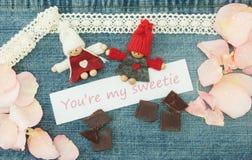 Βαλεντίνος, ευχετήρια κάρτα με το πλέξιμο του ζεύγους ερωτευμένου, κομμάτια Στοκ Εικόνα
