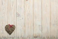 βαλεντίνος ημέρας s έννοια&sig Ψάθινες καρδιές στο ξύλινο υπόβαθρο W Στοκ Φωτογραφία