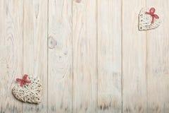 βαλεντίνος ημέρας s έννοια&sig Ψάθινες καρδιές στο ξύλινο υπόβαθρο W Στοκ Εικόνα
