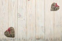 βαλεντίνος ημέρας s έννοια&sig Ψάθινες καρδιές στο ξύλινο υπόβαθρο W Στοκ Εικόνες