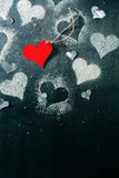 βαλεντίνος ημέρας s καρτών Κόκκινη καρδιά εγγράφου σε ένα σχοινί Στοκ φωτογραφία με δικαίωμα ελεύθερης χρήσης