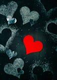 βαλεντίνος ημέρας s καρτών Κόκκινη καρδιά εγγράφου σε ένα σχοινί Στοκ Εικόνα
