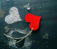 βαλεντίνος ημέρας s καρτών Κόκκινη καρδιά εγγράφου σε ένα σχοινί Στοκ φωτογραφίες με δικαίωμα ελεύθερης χρήσης