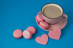 βαλεντίνος ημέρας s ρόδινες macaroons και καρδιές Στοκ φωτογραφία με δικαίωμα ελεύθερης χρήσης