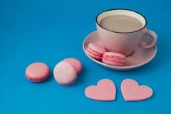 βαλεντίνος ημέρας s ρόδινες macaroons και καρδιές Στοκ εικόνα με δικαίωμα ελεύθερης χρήσης