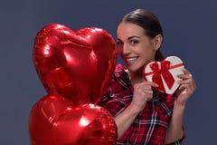 βαλεντίνος ημέρας s Το προκλητικό πρότυπο κορίτσι κρατά την καρδιά κιβωτίων δώρων στοκ εικόνες