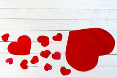 Βαλεντίνος καρδιών και άσπρο ξύλινο υπόβαθρο Τοπ όψη 1 Στοκ Φωτογραφία