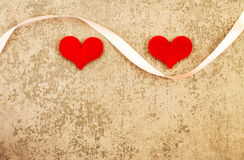 Βαλεντίνος ` s του ST ημέρα δύο κόκκινες καρδιές στο γκρίζο υπόβαθρο Στοκ Φωτογραφία