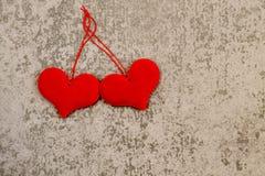 Βαλεντίνος ` s του ST ημέρα δύο κόκκινες καρδιές στο γκρίζο υπόβαθρο Στοκ εικόνα με δικαίωμα ελεύθερης χρήσης