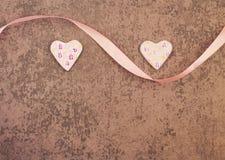 Βαλεντίνος ` s του ST ημέρα δύο ροδοειδείς καρδιές στο γκρίζο υπόβαθρο Στοκ φωτογραφία με δικαίωμα ελεύθερης χρήσης