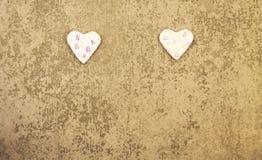 Βαλεντίνος ` s του ST ημέρα δύο ροδοειδείς καρδιές στο γκρίζο υπόβαθρο Στοκ Εικόνες