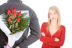 Βαλεντίνου: Άτομο με τα τριαντάφυλλα πίσω από την πλάτη του Στοκ Φωτογραφία