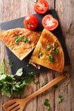 Βαλκανικά τρόφιμα: burek με την κινηματογράφηση σε πρώτο πλάνο κρέατος στον πίνακα Κάθετη κορυφή στοκ εικόνες