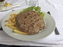 Βαλκανικό burger κρέατος pljeskavitsa Pljeskavica στον καφέ Στοκ Εικόνες