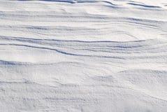 Βαλμένη σε στρώσεις άσπρη σύσταση υποβάθρου χιονιού Στοκ φωτογραφία με δικαίωμα ελεύθερης χρήσης