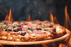 Βαλμένη φωτιά ξύλο πίτσα με τις φλόγες Στοκ Εικόνες