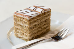 Βαλμένο σε στρώσεις κρέμα κέικ ξύλων καρυδιάς Στοκ Εικόνες