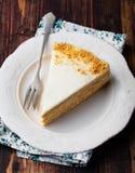 Βαλμένο σε στρώσεις μέλι κέικ σε ένα άσπρο πιάτο, ξύλινο υπόβαθρο Στοκ Φωτογραφία