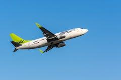 Βαλτικές αερογραμμές Boeing 737 αέρα που αφήνουν στη Ρήγα το διεθνή αερολιμένα Στοκ φωτογραφία με δικαίωμα ελεύθερης χρήσης