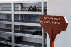 Βγάλτε τα παπούτσια σας παρακαλώ σημάδι στη αγγλική γλώσσα Στοκ Εικόνα