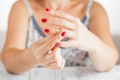 Βγάλσιμο του γαμήλιου δαχτυλιδιού στοκ εικόνες με δικαίωμα ελεύθερης χρήσης