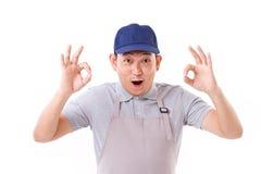 Βγααλμένος εργαζόμενος, εργοδότης με την εντάξει χειρονομία χεριών και σε ετοιμότητα τα δύο Στοκ Εικόνες