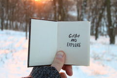 Βγείτε και εξερευνήστε το κείμενο Ιδέα ταξιδιού Βιβλίο και κείμενο στοκ εικόνα με δικαίωμα ελεύθερης χρήσης