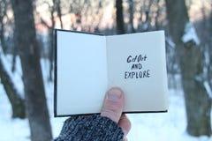 Βγείτε και εξερευνήστε το κείμενο Ιδέα ταξιδιού Βιβλίο και κείμενο στοκ εικόνες με δικαίωμα ελεύθερης χρήσης