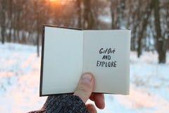 Βγείτε και εξερευνήστε το κείμενο Ιδέα ταξιδιού Βιβλίο με την επιγραφή, στοκ φωτογραφία με δικαίωμα ελεύθερης χρήσης