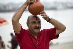 Βεγγαλικό άτομο με το δοχείο στο κεφάλι Στοκ Φωτογραφία