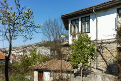 ΒΕΛΊΚΟ ΤΎΡΝΟΒΟ, ΒΟΥΛΓΑΡΙΑ - 11 ΑΠΡΙΛΊΟΥ 2017: Σπίτια στην παλαιά κωμόπολη της πόλης του Βελίκο Τύρνοβο Στοκ εικόνες με δικαίωμα ελεύθερης χρήσης
