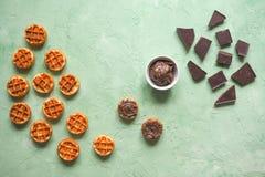 Βελγική βάφλες και σοκολάτα, καφές και καυτό πιπέρι Από τη τοπ άποψη στοκ εικόνες με δικαίωμα ελεύθερης χρήσης