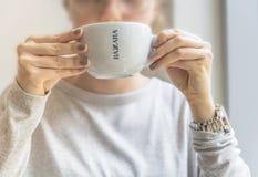 ΒΕΛΙΓΡΑΔΙ, ΣΕΡΒΙΑ - 10 Μαρτίου 2018 όμορφο φλυτζάνι Bazzara καφέδων latte άσπρο Στοκ Εικόνες