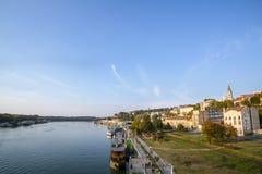 ΒΕΛΙΓΡΑΔΙ, ΣΕΡΒΙΑ - 9 ΟΚΤΩΒΡΊΟΥ 2016: Άποψη της όχθης ποταμού Sava σε Βελιγράδι Φρούριο Kalemegdan στο υπόβαθρο στοκ φωτογραφίες
