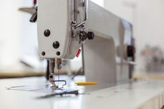 Βελόνα και βαμβάκι που χρησιμοποιούνται σε μια μεγάλη ράβοντας μηχανή σε ένα στούντιο μόδας στοκ φωτογραφίες με δικαίωμα ελεύθερης χρήσης