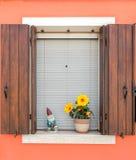 Βενετία Ένα παράθυρο με τα παραθυρόφυλλα στο υπόβαθρο ενός πορτοκαλιού wa Στοκ φωτογραφία με δικαίωμα ελεύθερης χρήσης