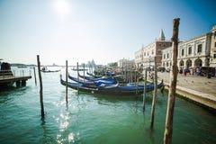Βενετία - είναι μια πόλη στη βορειοανατολική Ιταλία που εγκαθίσταται σε μια ομάδα πολλών μικρών νησιών που χωρίζονται από τα κανά Στοκ Εικόνες
