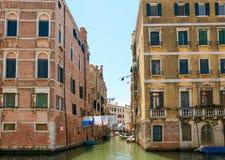 Βενετία, Ιταλία - 14 Αυγούστου 2017: η κλασσική δομή ενός σπιτιού διαμερισμάτων στη Βενετία Στοκ Φωτογραφία