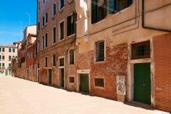 Βενετία, Ιταλία - 14 Αυγούστου 2017: η κλασσική δομή ενός σπιτιού διαμερισμάτων στη Βενετία Στοκ φωτογραφίες με δικαίωμα ελεύθερης χρήσης
