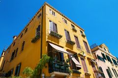 Βενετία, Ιταλία - 14 Αυγούστου 2017: η κλασσική δομή ενός σπιτιού διαμερισμάτων στη Βενετία Στοκ φωτογραφία με δικαίωμα ελεύθερης χρήσης