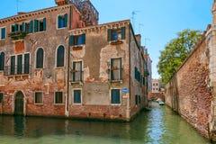 Βενετία, Ιταλία - 14 Αυγούστου 2017: η κλασσική δομή ενός σπιτιού διαμερισμάτων στη Βενετία Στοκ Εικόνες