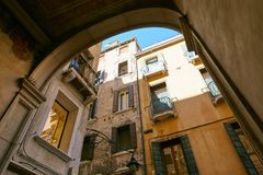 Βενετία, Ιταλία - 14 Αυγούστου 2017: η κλασσική δομή ενός σπιτιού διαμερισμάτων στη Βενετία Στοκ Φωτογραφίες