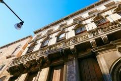 Βενετία, Ιταλία - 14 Αυγούστου 2017: η κλασσική δομή ενός σπιτιού διαμερισμάτων στη Βενετία Στοκ Εικόνα