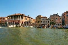 Βενετία, Ιταλία - 14 Αυγούστου 2017: η κλασσική δομή ενός σπιτιού διαμερισμάτων στη Βενετία Στοκ εικόνα με δικαίωμα ελεύθερης χρήσης