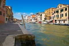 Βενετία, Ιταλία - 14 Αυγούστου 2017: Κανάλι της Βενετίας με τις βάρκες και τα κλασικά κτήρια Στοκ Φωτογραφία